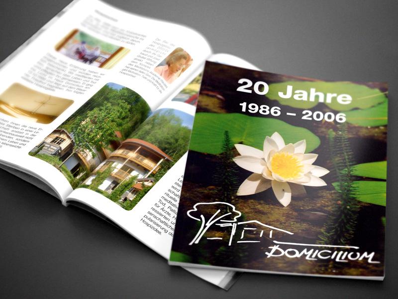 Referenz von su-pr-design: Domicilium – Gestaltung und Satz von Broschüre zum 20-jährigen Bestehen